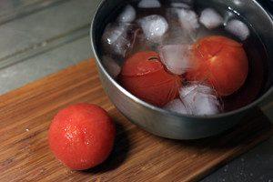 トマトの皮をむく