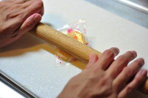 揚げ煎餅をつぶす