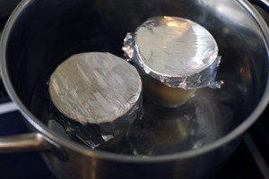 蒸し器または鍋に湯を張りフタ