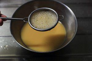 調味料を入れかき混ぜ茶こしでこす