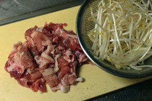 豚肉は食べやすい大きさに切り