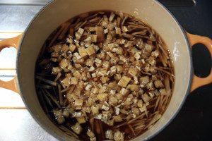 生姜と油揚げをのせて炊く。(炊飯器の場合は●を入れたあと、出汁は目盛りにあわせて入れてください)