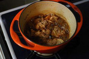 鶏肉が柔らかくなるまで煮込んだら、醤油と蜂蜜を加える。