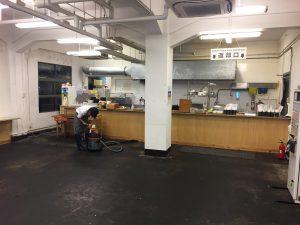 工事前日掃除機をかける