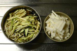 水茄子は流水でよく洗った後、千切りにして、塩水に漬けてアク抜きする。 長芋も千切りにしておく