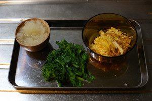 菜の花は、水分をしっかり切っておく。卵は薄焼きにしたあと、錦糸卵を作る。