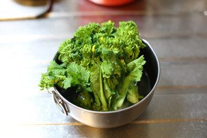 菜の花は茎を5mm程切り、ぬるま湯に20分程つけておく(下処理、こうする事で食感がシャキシャキします)