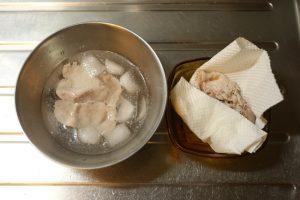 豚肉は、沸騰させたお湯でサッと茹でたあと、冷水でしめ、水気をきっておく。