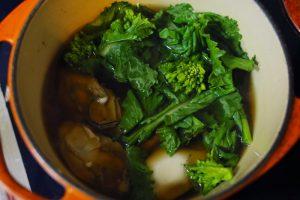 白だしに●の調味料を加え沸騰させる。牡蠣と菜の花を加えて数十秒、牡蠣がぷっくりするまで茹でたら牡蠣と菜の花は取り出す。