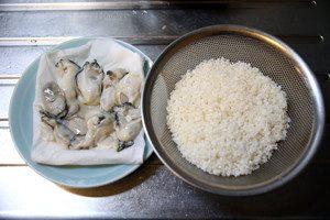 米は洗ってザルにあげておく。