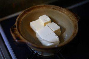 豆腐は食べやすい大きさに切り、鍋に入れる。