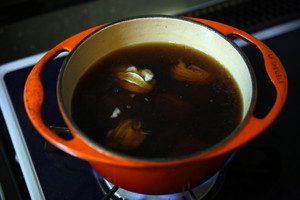 鍋にだしと、●の調味料を入れ、沸騰したら牡蠣を入れる。アクをとりつつ、身がぷりっとしたら牡蠣は取り出す(2分程度)