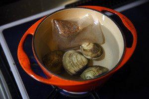 鍋に水を500cc、天然だしパック1袋とはまぐりを入れ、強火にかける。