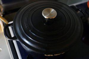 沸騰したら豚肉のアクをとり、蓋をして、さらに野菜が少しとろけるまで弱火で煮込む